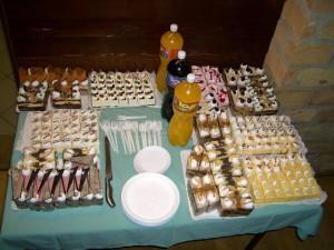 Ennyi süteményt és tortát kaptunk! :) Meg voltunk hatódva a nagylelkűségüktől. Nagyon köszönjük a kedves felajánlásukat.