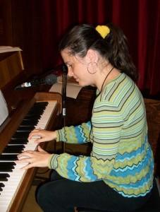 Gajda Marianna részben saját szerzeményekkel, részben pedig Kiss Manyi - mindenki számára ismerősen csengő- Jaj, de jó, a habos sütemény című közismert sanzonjával örvendeztette meg, az akkor már táncra perdülő közönséget. A habos sütemény pedig tényleg nagyon jó volt! Elhihetik nekünk. :)