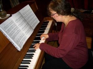 Békéssy Donáta, Bartók: Gyermekeknek című darabjaiból játszott el néhányat. A közönség vastapssal jutalmazta.