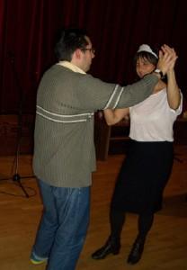 Az előadók és a közönség tagjai is táncra kerekedtek. Ki tudja: talán a habos sütemény lehetett az oka?
