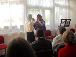 Molnár Ildikó és Pusztai Borbála jelenete: Mária és Erzsébet találkozása