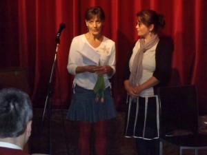 Molnár Ildikó és Kaszás Nóra köszöntötték a vendégelőadókat. A Tárt  Kapu Színház 2012. januárjában találkozott első ízben ezzel a különleges, jelnyelven előadó társulattal.