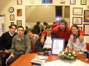 ..és persze, folytatódik a munka. Egy hétfő esti színház próba kis csapata, Molnár Ildikóval, a színház csoport vezetőjével.