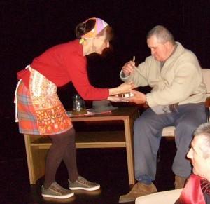 A Tárt Kapu Színház vezetője, Molnár Ildikó, Szőke Ferenccel ad elő közös jelenetet.