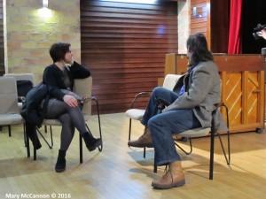 Donka zongorázott, Gábor és a Kispest TV riporternője meg teljes odaadással és odafordulással hallgatták.